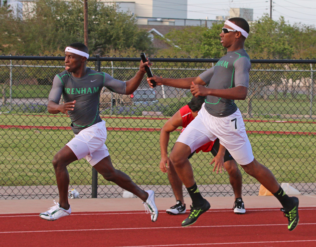 Jaquay Cross passes the baton to Ernest Patterson in the 4X200.