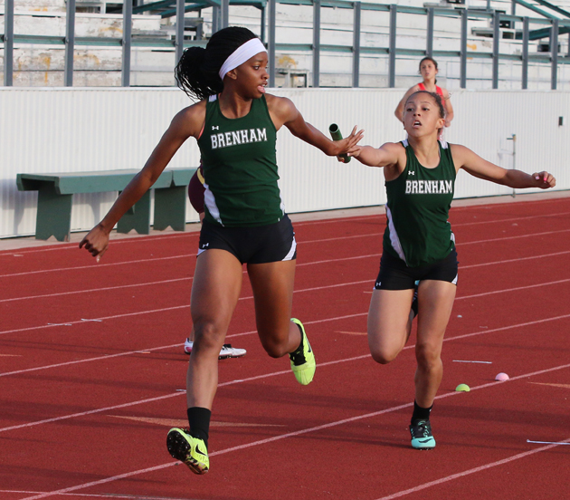 Au'Dresha Spates takes the baton from Mya Pendergraff in the 4X200 Relay.
